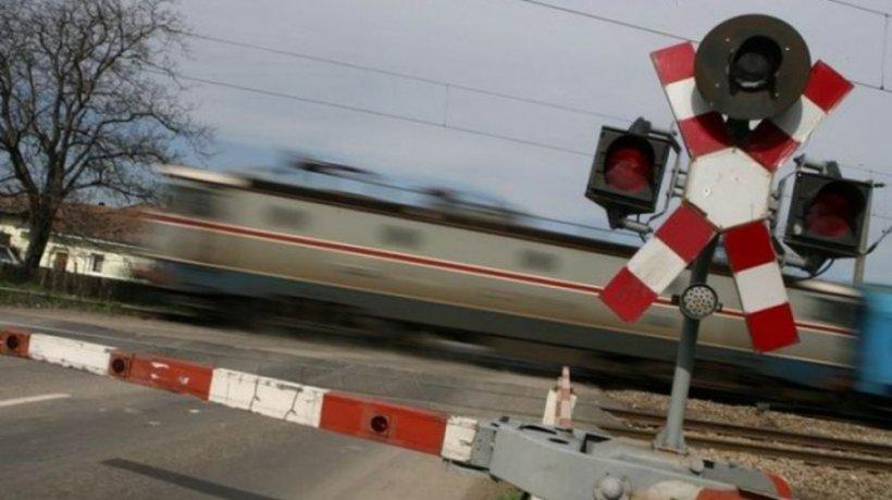 Mașină lovită de tren pe calea ferată, la Covasna. Șoferul a reușit să scape cu viață și a fost amendat