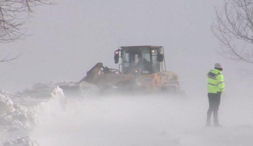 Strat mare de zăpadă pe Transfăgărășan. Se intervine cu utilajele pentru deszăpezire