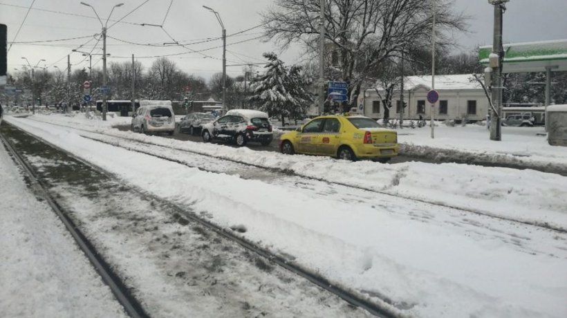 Ce amenzi riscă şoferii care nu îşi curăţă maşinile de zăpadă