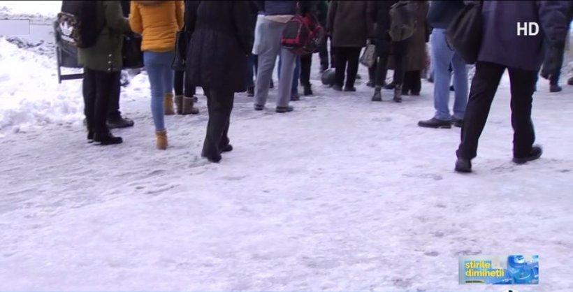 Trotuarele îngheţate din Capitală, un pericol pentru bucureşteni