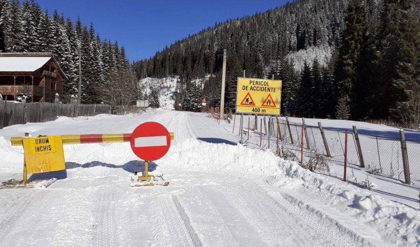 Turiști blocați cu mașina în zăpadă, pe Transalpina. A fost nevoie de intervenția autorităților