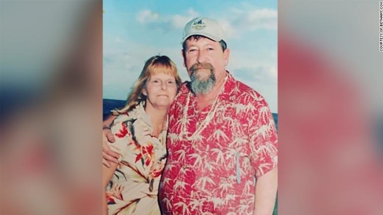 A murit în urmă cu opt ani, dar a avut grijă ca soția sa să primească flori în fiecare an, în ocazii speciale