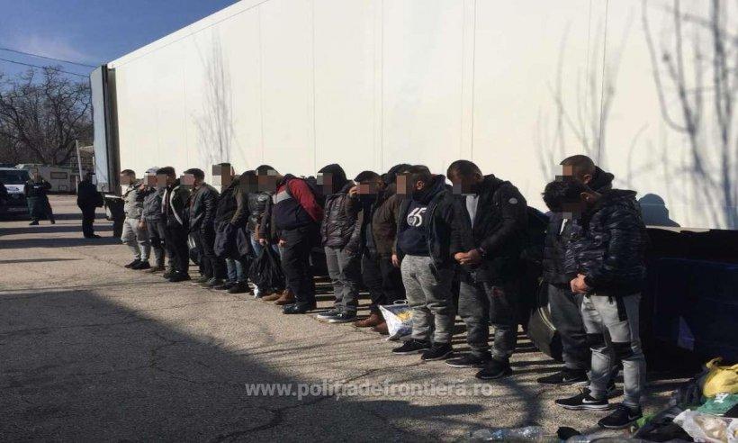 Cincisprezece migranți au fost descoperiți într-o remorcă frigorifică, la Calafat. Fiecare a plătit câte 6.000 de euro pentru a ajunge în Italia