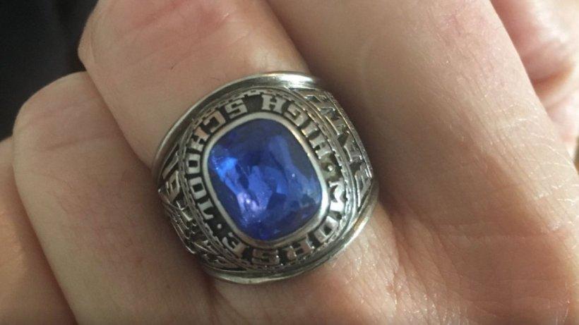 Și-a uitat inelul primit de la iubit în toaleta unui magazin. După 47 de ani, a primit un pachet prin poștă