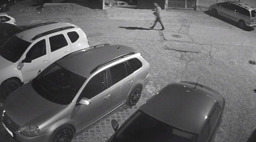 Bărbat mort de beat din Bacău a spart mașina unui locatar. Motivul i-a făcut pe toți să râdă. Totul a fost filmat (VIDEO)