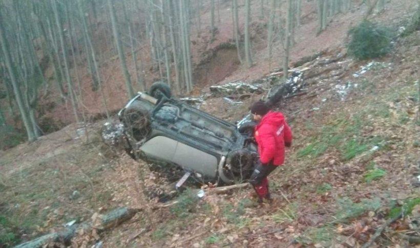 Un șofer a căzut cu mașina într-o râpă pe Transfăgărășan