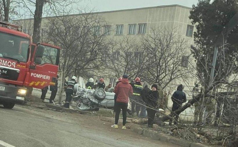 Două persoane au murit la Bârlad, în urma unui accident. Mașina s-a răsturnat și s-a izbit de gardul unității militare