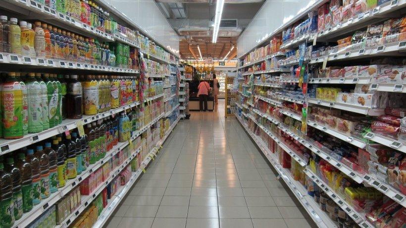 Teama de coronavirus goleşte rafturile magazinelor. Românii au dat năvala în supermarketuri