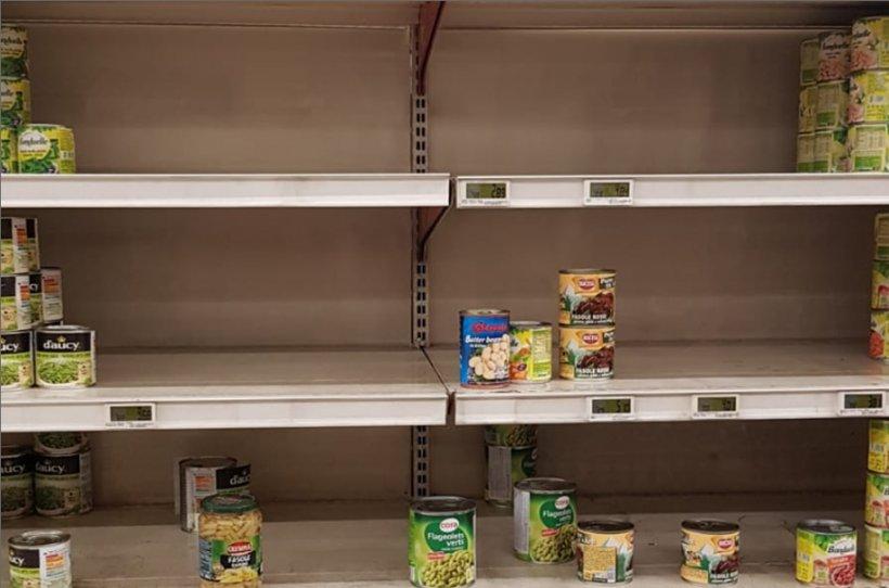 Cozi în supermarketurile din țară. Teama de o epidemie de coronavirus i-a făcut pe români să golească rafturile