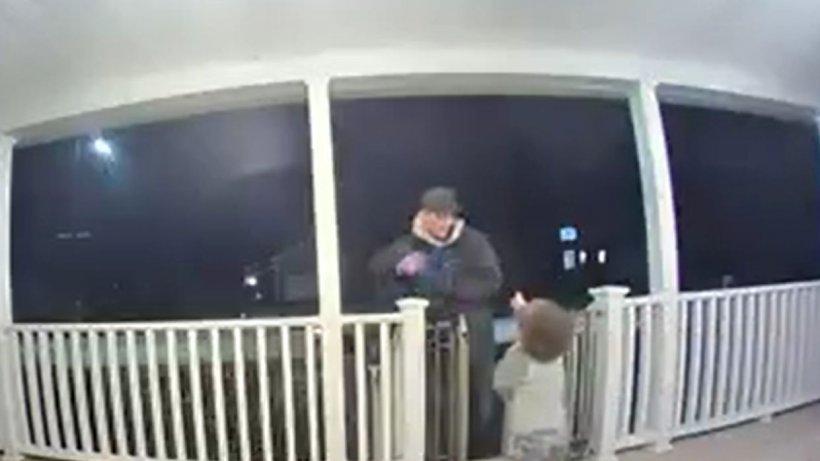 Adusese pizza și se pregătea de plecare, când micuțul familiei a alergat după el să-l îmbrățișeze. Bărbatul a izbucnit în lacrimi. Momentul a fost și mai emoționant când i s-a aflat povestea
