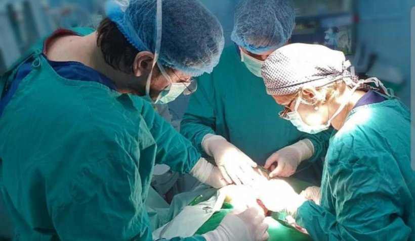 O fată din Galaţi merge pentru prima dată în viaţă, după o operaţie în premieră