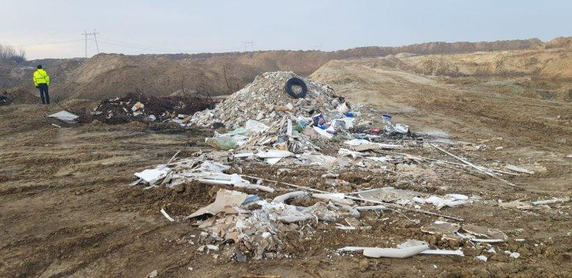 Tone de gunoaie și substanțe toxice, îngropate în apropierea albiei râului Argeş
