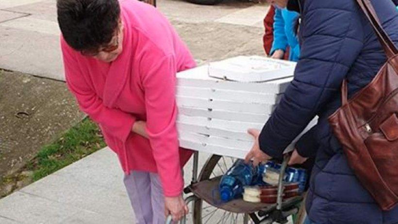 Imagini inedite în România! În plină carantină, în Spitalul de Urgență din Deva se cară pizza cu scaunul rulant