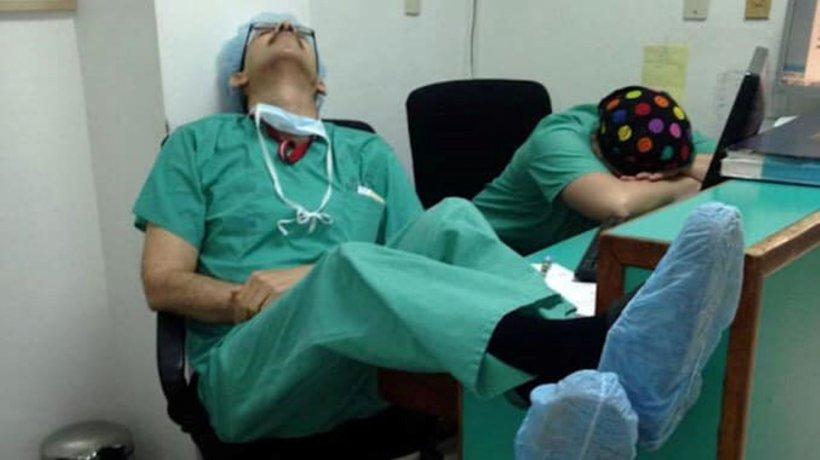 Medicii din spitalele din Italia dorm pe unde apucă. Fotografii care înduioșează lumea