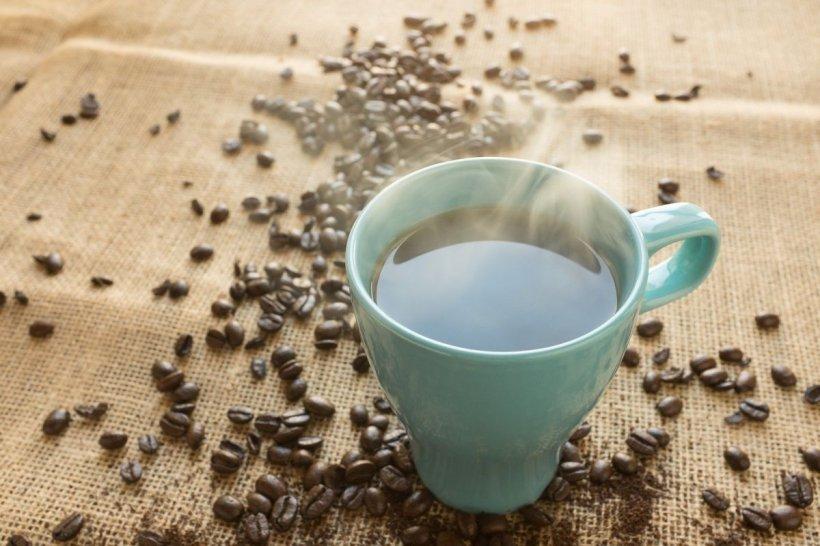 Coronavirusul nu se poate transmite prin cănile de cafea sau sticlele refolosite. Sfatul experților infecționiști