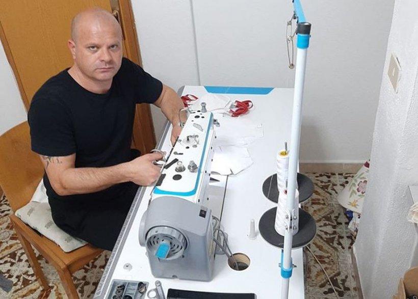 Ștefan este croitor în Italia și dăruiește oamenilor măști de protecție cusute de el: Le-am și decorat. Voiam să fac copiii să zâmbească