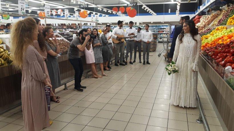 Un cuplu s-a căsătorit într-un supermarket, după ce guvernul israelian a interzis toate adunările de peste 10 persoane