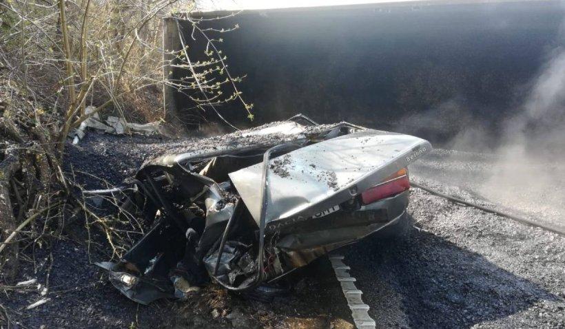 Un camion încărcat cu bitum fierbinte s-a răsturnat peste o Dacie, în Joia Mare, Arad