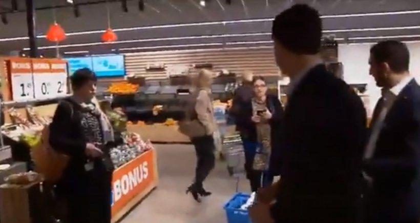 """Premierul Olandei, schimb de replici cu clienta unui supermarket: """"Aveți suficientă hârtie igienică?"""""""