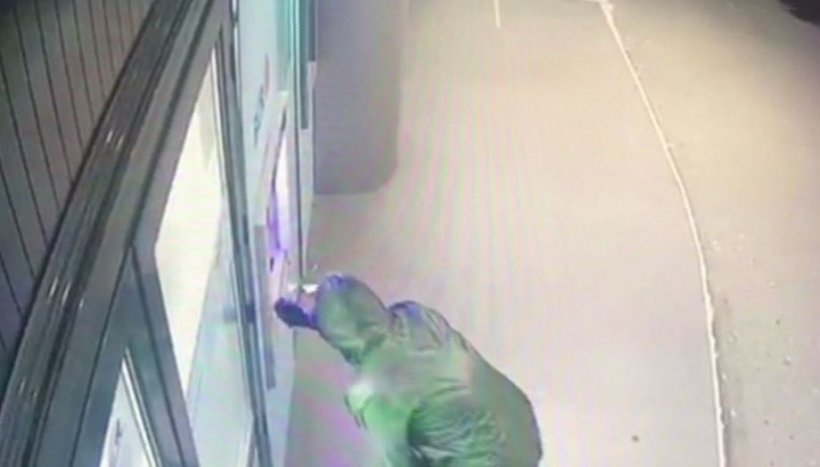 Doi bărbaţi din Covasna, prinşi în flagrant după ce au aruncat în aer un bancomat, pentru a fura banii