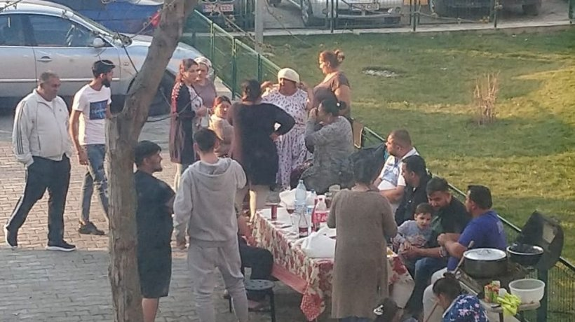 Au întins masa printre blocuri ignorând orice avertisment de la autorități. Imagini inedite în Balotești, Ilfov (FOTO)