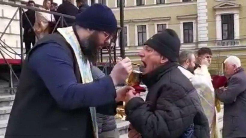 Credincioșii, împărtășiți cu aceeași linguriță