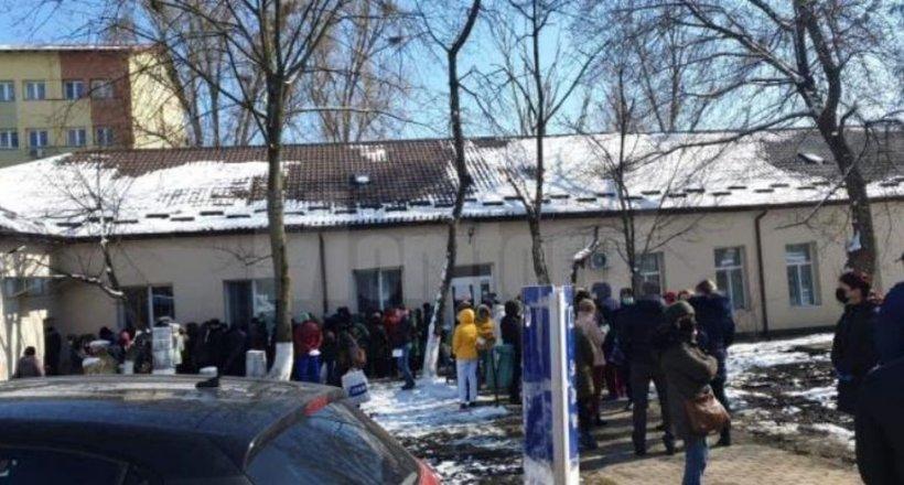 Angajații Spitalului Județean Suceava, trimiși la testare pentru noul coronavirus. Oamenii stau la o înghesuială de nedescris (FOTO)