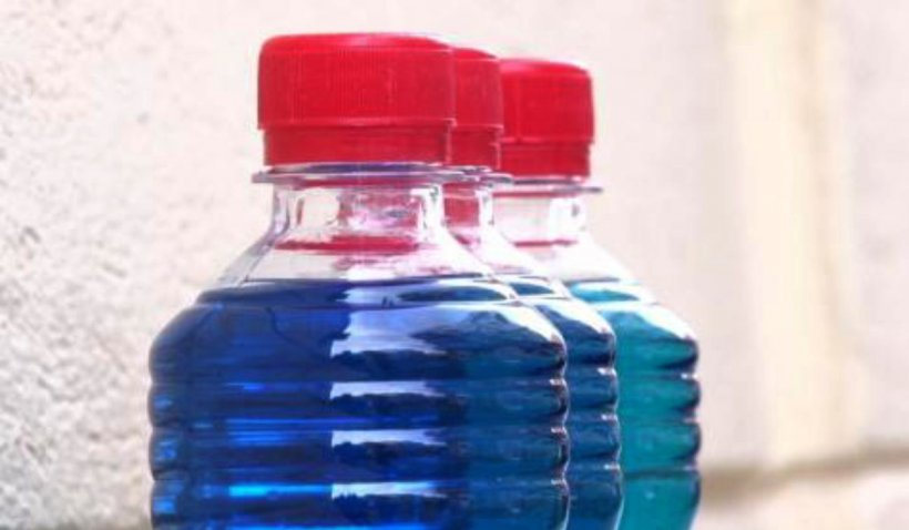Lichid de parbriz vândut pe post de spirt. Mii de sticle au fost confiscate de polițiștii din România