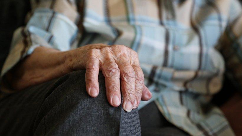 """Klaus Iohannis, anunț pentru vârstnici: """"Persoanele de peste 65 de ani vor trebui să stea în casă tot timpul"""""""