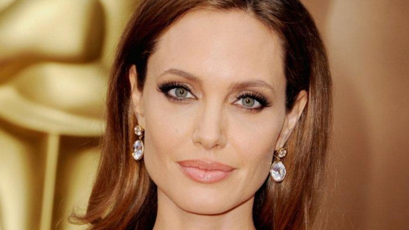 Angelina Jolie a donat un milion de dolari pentru copiii săraci afectați de pandemia de coronavirus. Rihanna și Arnold Schwarzenegger, implicați și ei în cauze umanitare