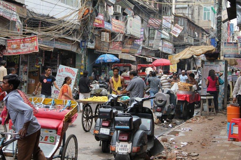 Măsuri drastice luate în India. Cetățenii neascultători, bătuți cu bețe de bambus