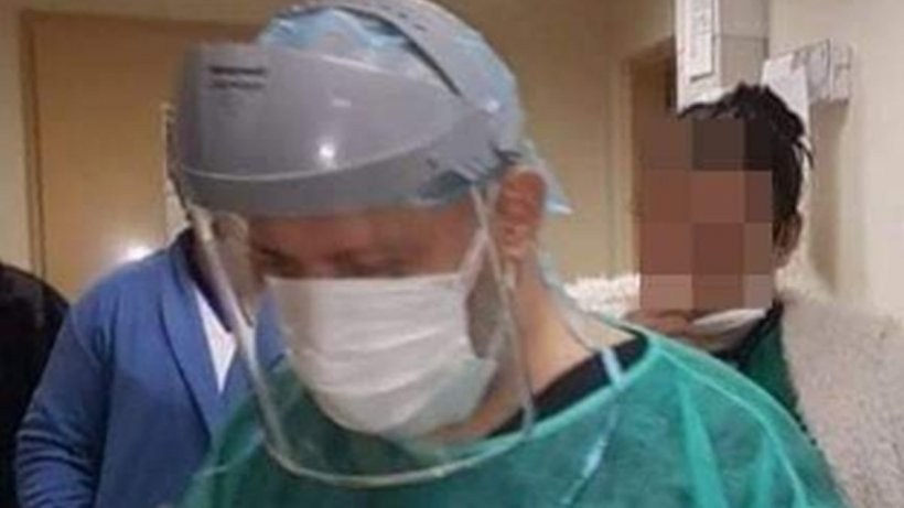 Medici cu saci de gunoi în picioare, pe post de echipament de protecție