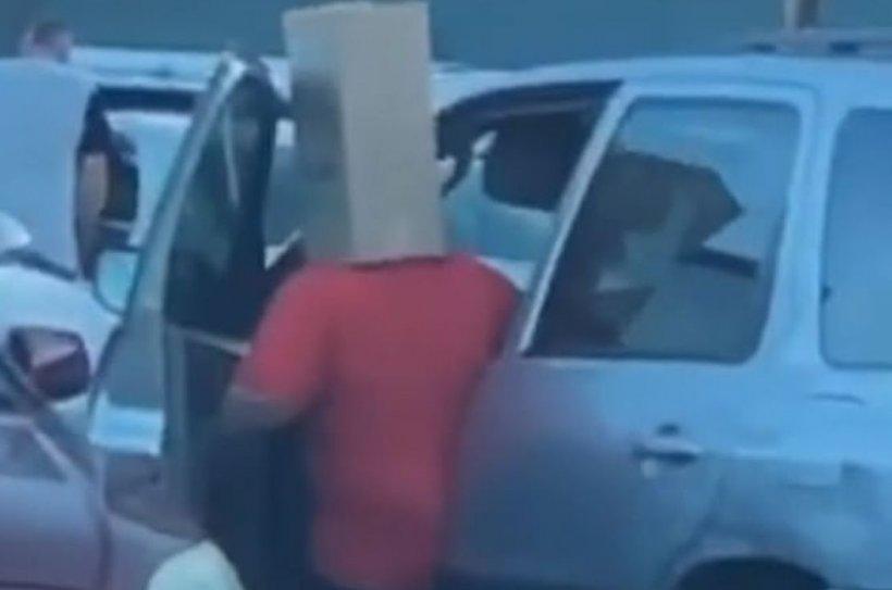 Un bărbat și-a făcut cumpărăturile cu o cutie de carton pe cap, de frica infectării cu coronavirus