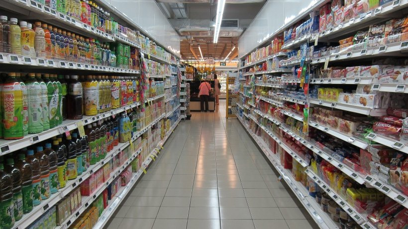 Un supermarket a aruncat alimente în valoare de 35.000 de dolari după ce o femeie a tușit intenționat pe ele