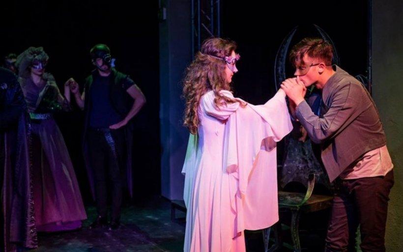 """Teatrul Mic difuzează online spectacolul """"Romeo și Julieta"""" de Ziua Internațională a Teatrului"""