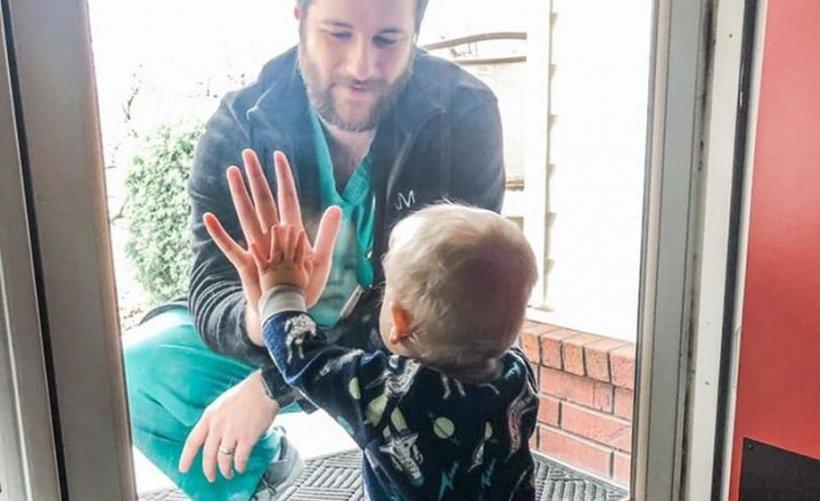 Cum reacţionează un copil de un an când îşi revede după mult timp tatăl, medic la un spital cu cazuri grave de coronavirus