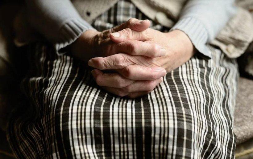 Vești bune pentru pensionari. Bătrânii se vor putea deplasa pentru tratament şi în afara intervalului 11-13