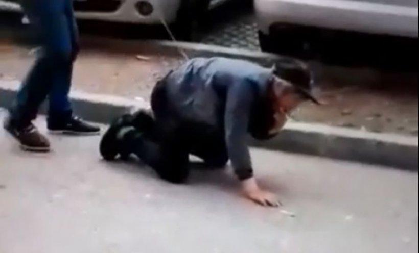 Un bărbat din Gorj a fost filmat în timp ce se plimbă cu un bărbat ținut în lesă, pe o stradă dintre blocuri