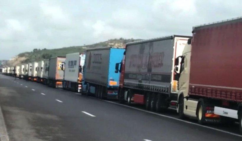 Șoferii români de TIR așteaptă chiar și 15 ore în vamă pentru a tranzita Bulgaria, în convoi