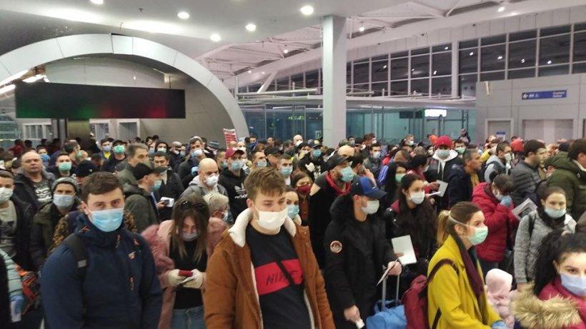 Sute de români veniți din Anglia s-au înghesuit pe aeroportul Otopeni: 'Distanțare socială. Suntem bine'