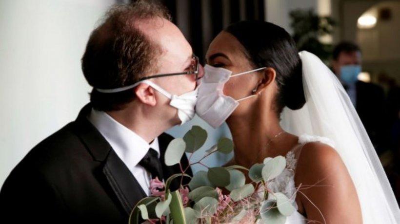 Pandemia influenţează până şi moda. Rochiile de mireasă accesorizate cu măști de protecție decorate cu broderie și dantelă
