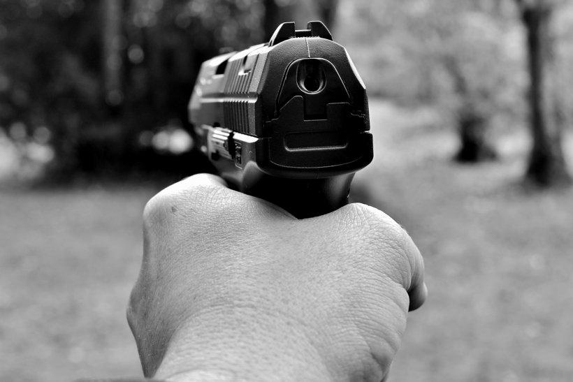 Un bărbat suspect de coronavirus a fost blocat de vecinii înarmați să iasă din casă