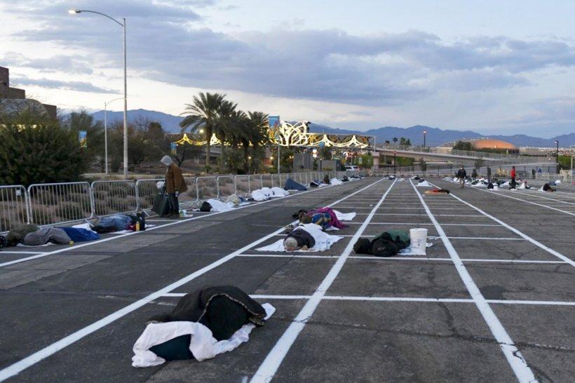 """Oamenii străzii, culcați pe jos într-o parcare uriașă din Las Vegas în plină pandemie de coronavirus. """"Mă simt mult mai în siguranță aici"""""""