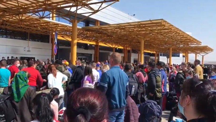 Dosar penal după aglomerația de pe Aeroportul din Cluj. Mii de români s-au strâns pentru a pleca în Germania