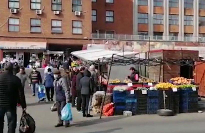 Mulți bucureşteni s-au dus la cumpăraturi în Piaţa Obor. Jandarmii au restricţionat accesul și verifică dacă oamenii au declarații la ei