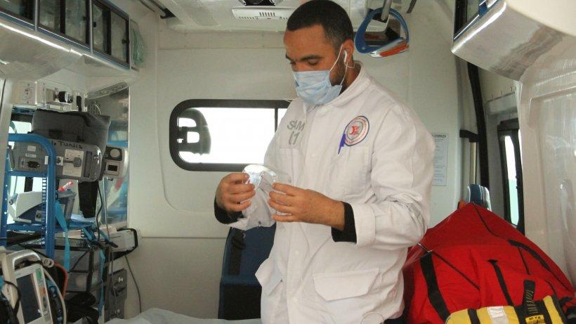 Medic,confirmat cu COVID-19, dus la spital cu poliția, după ce a refuzat internarea