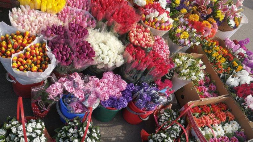 A fost scandal în Piața de Flori din București. Poliţia a interzis vânzătorilor să îşi vândă marfa