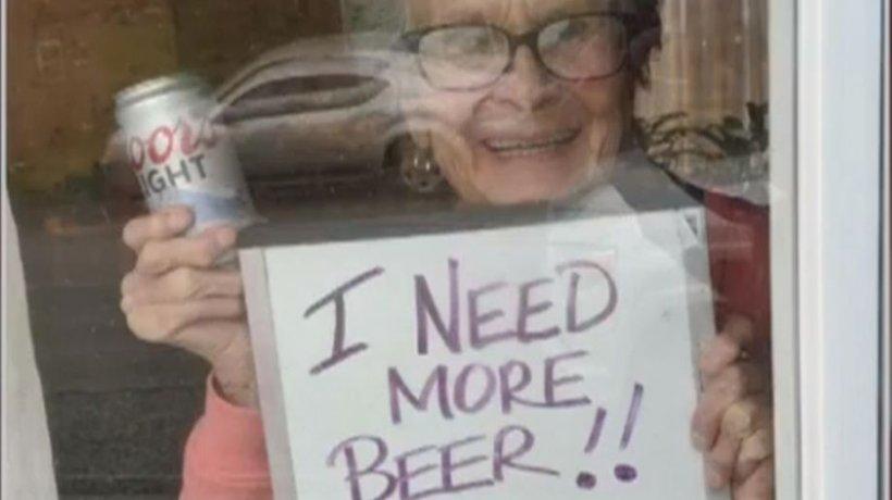 """O bătrână de 93 de ani, în izolare din cauza noului coronavirus, îşi """"strigă"""" dorinţa de la fereastră: """"Am nevoie de mai multă bere"""""""