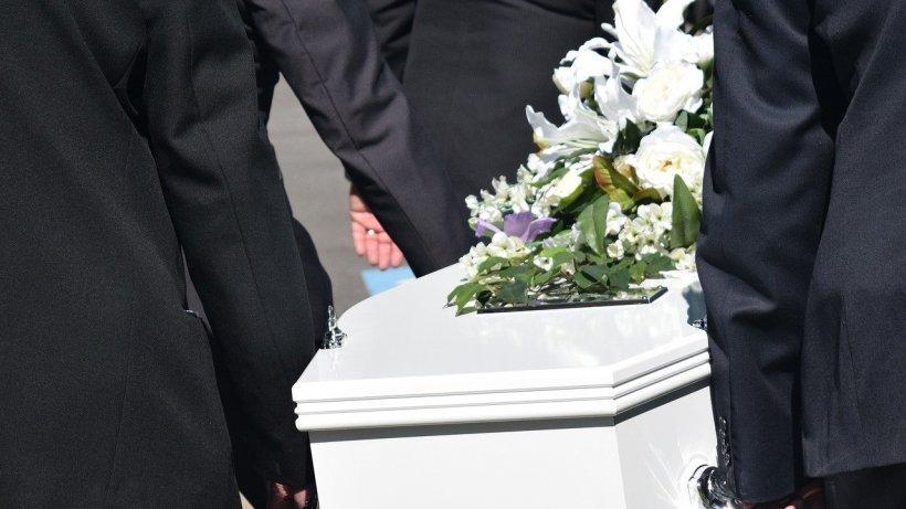 Înmormântare cu 11 persoane, în Caraș-Severin. Unul dintre participanți, confirmat cu coronavirus, a împărțit pachete altor oameni