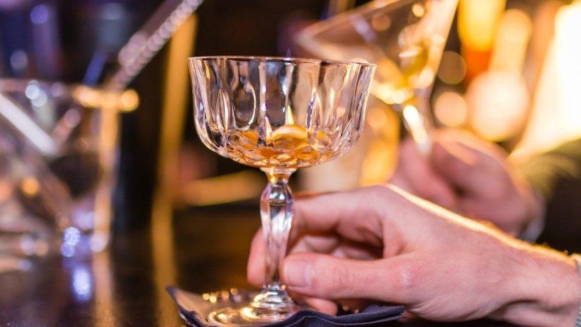 Mai mulți tineri, prinși la băut într-un bar din Dolj. Au primit amendă de 170 de mii de lei